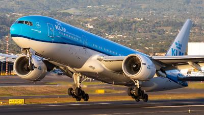 A picture of PHBQE - Boeing 777206(ER) - KLM - © Josué Saavedra