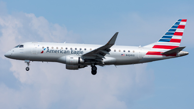 A picture of N424YX - Embraer E175LR - American Airlines - © Terry S.