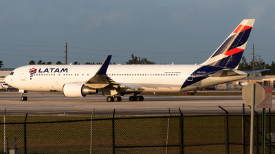A picture of CCCXD - Boeing 767316(ER) - LATAM Airlines - © bill wang