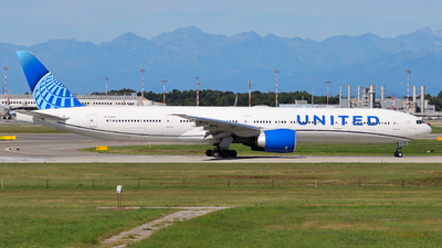 A picture of N2251U - Boeing 777300(ER) - United Airlines - © Gian Pietro Bardizza