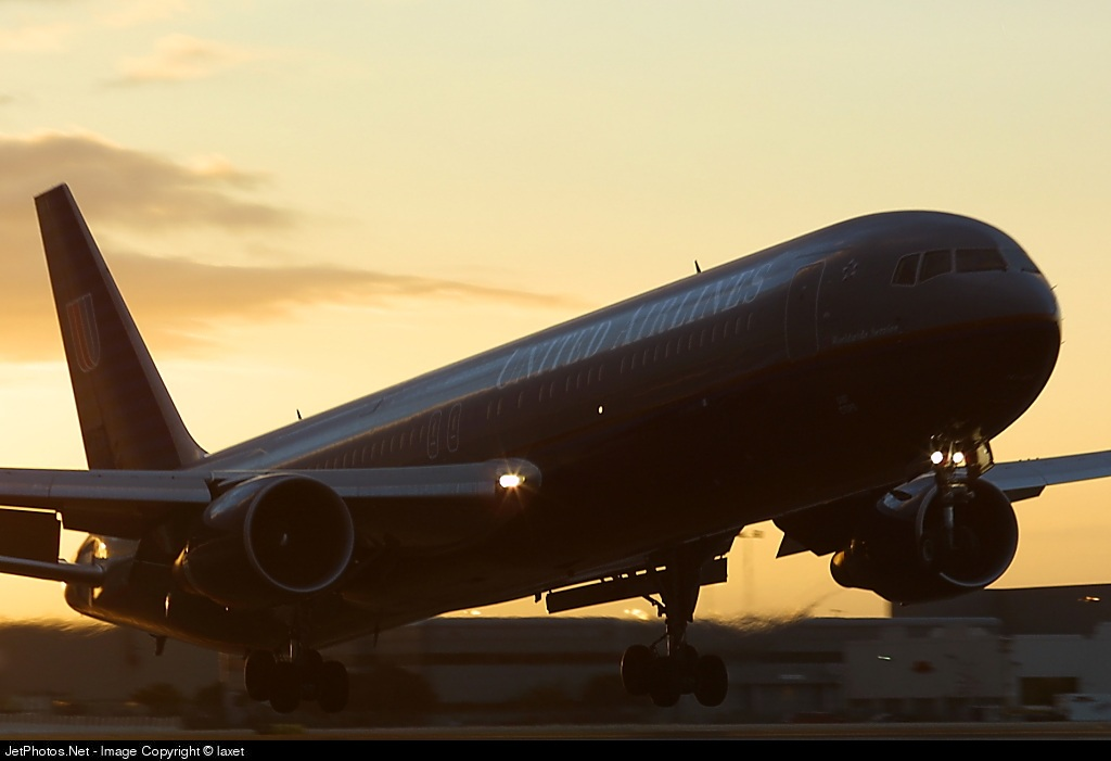 - Boeing 767-322(ER) - United Airlines