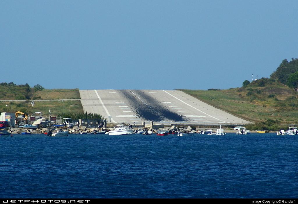 Aeroporto Skiathos : Lgsk airport runway fabrizio gandolfo jetphotos