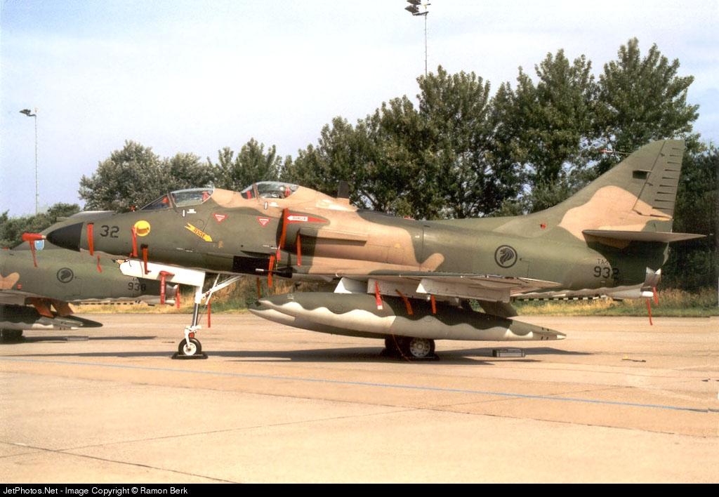 932 - McDonnell Douglas TA-4SU Skyhawk - Singapore - Air Force