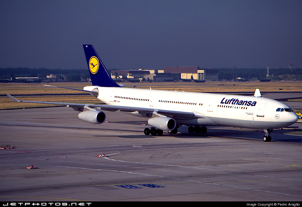 file airbus a340 212 lufthansa wikimedia commons. Black Bedroom Furniture Sets. Home Design Ideas