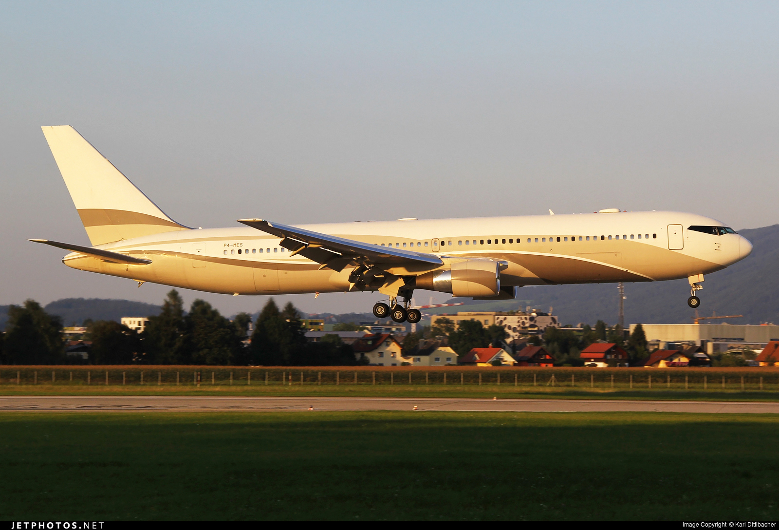 P4-MES - Boeing 767-33A(ER) - Global Jet Luxembourg