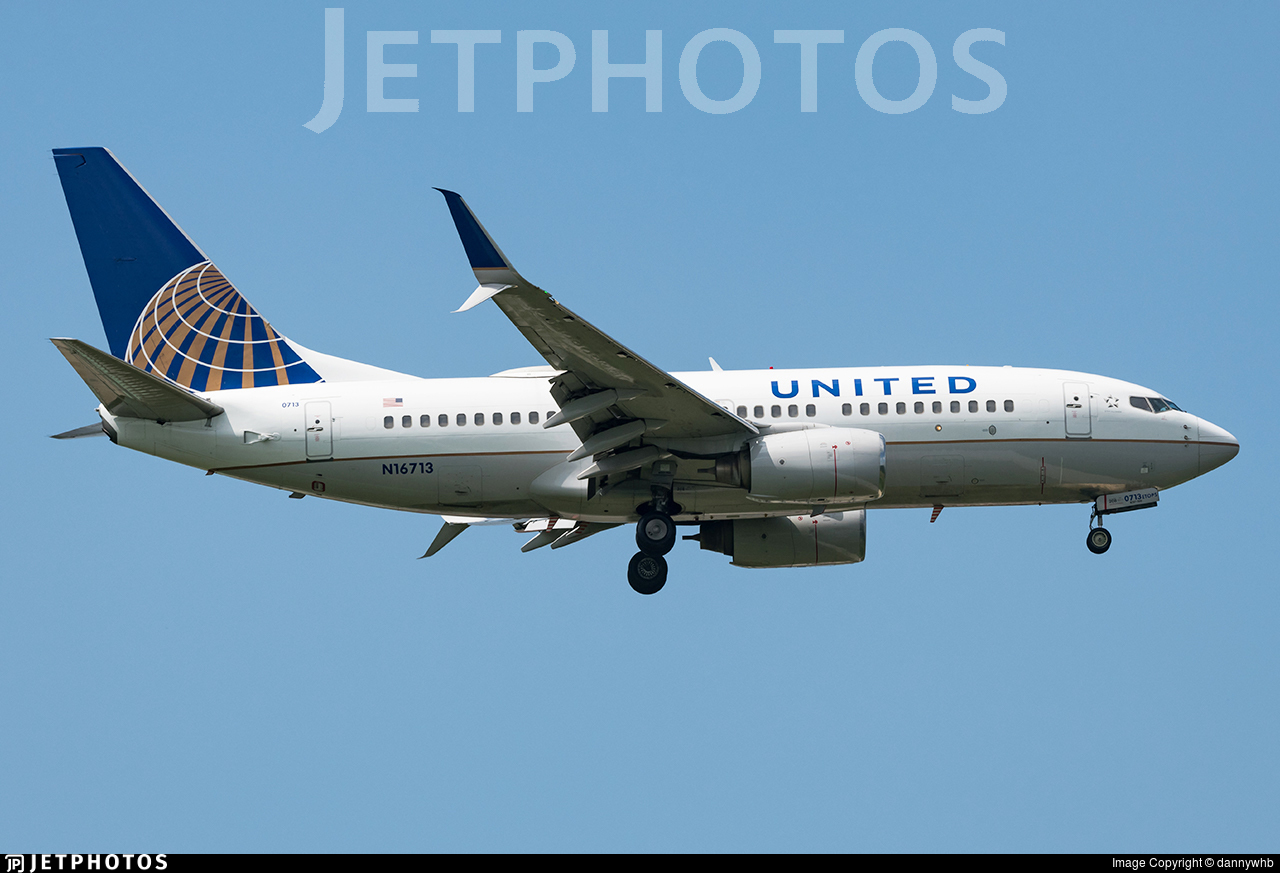 N16713 - Boeing 737-724 - United Airlines