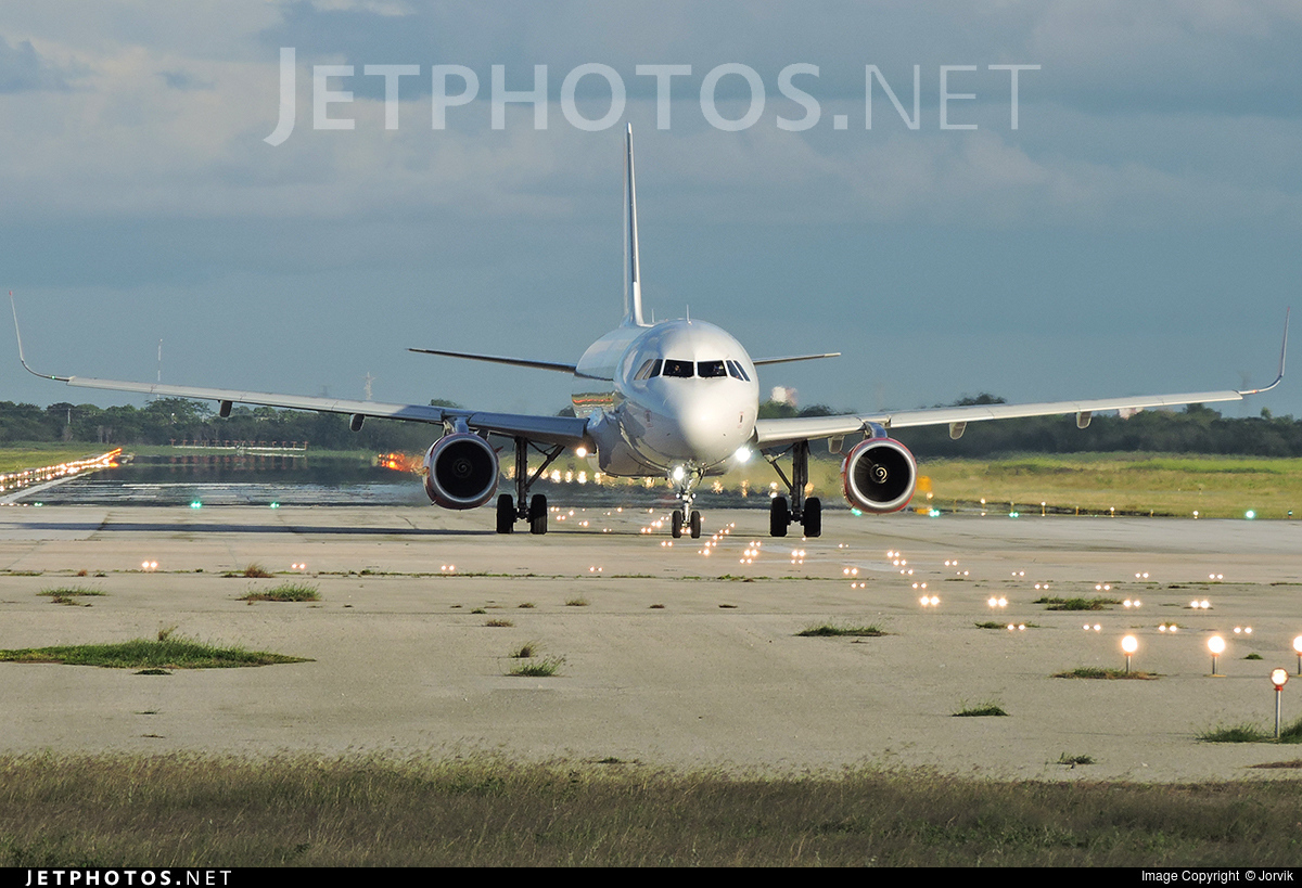 XA-VAK - Airbus A320-232 - VivaAerobus