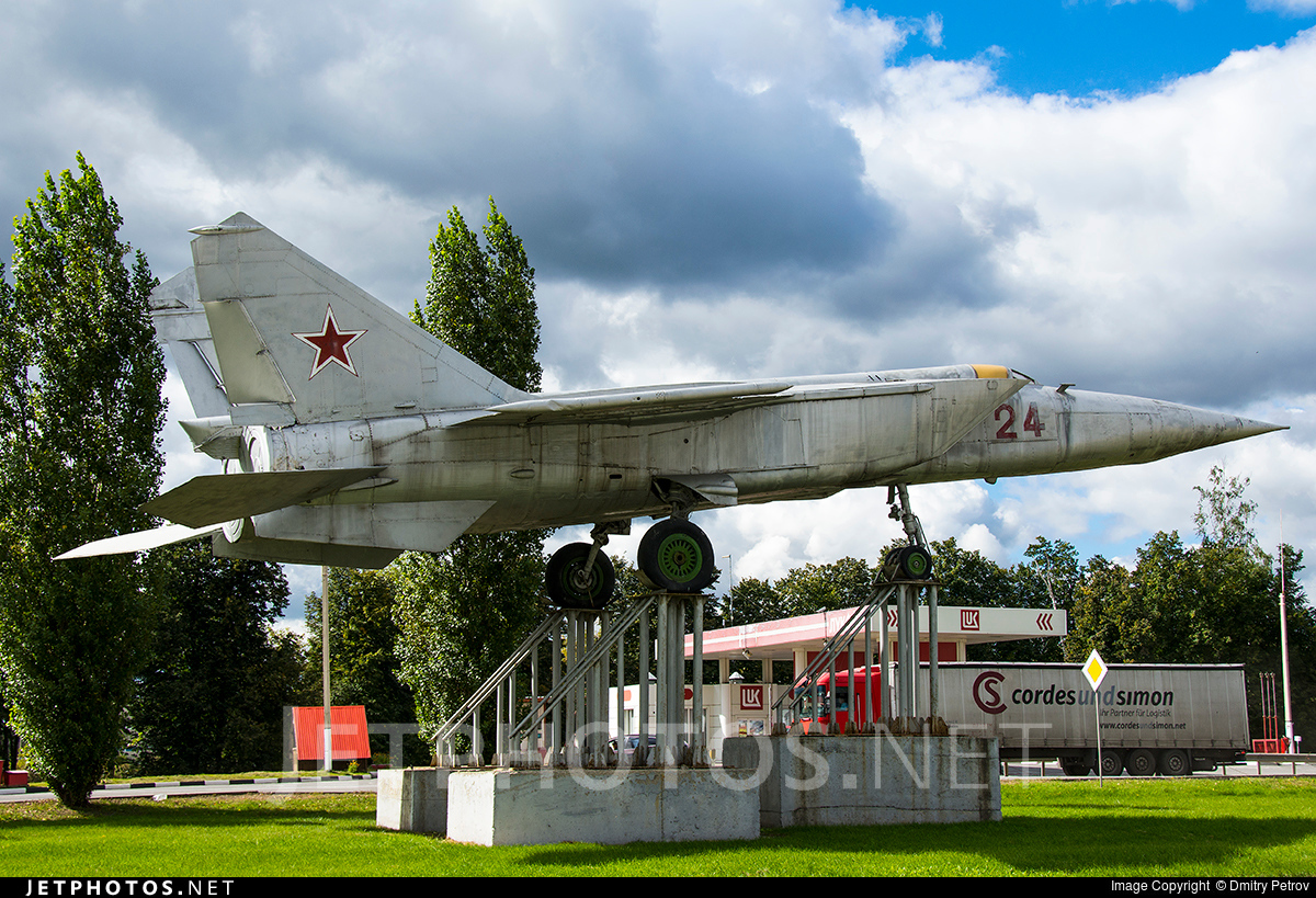 24 - Mikoyan-Gurevich Mig-25RBT Foxbat-B - Soviet Union - Air Force