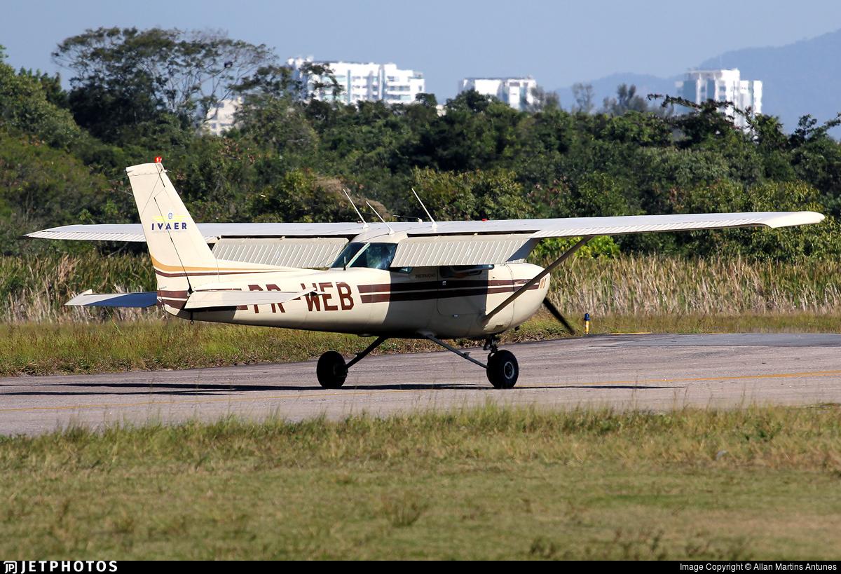 PR-WEB - Cessna 150M - IVAER – Centro de Instrução de Aviação Civil