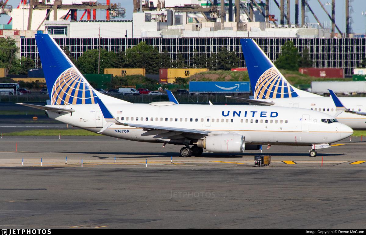 N16709 - Boeing 737-724 - United Airlines