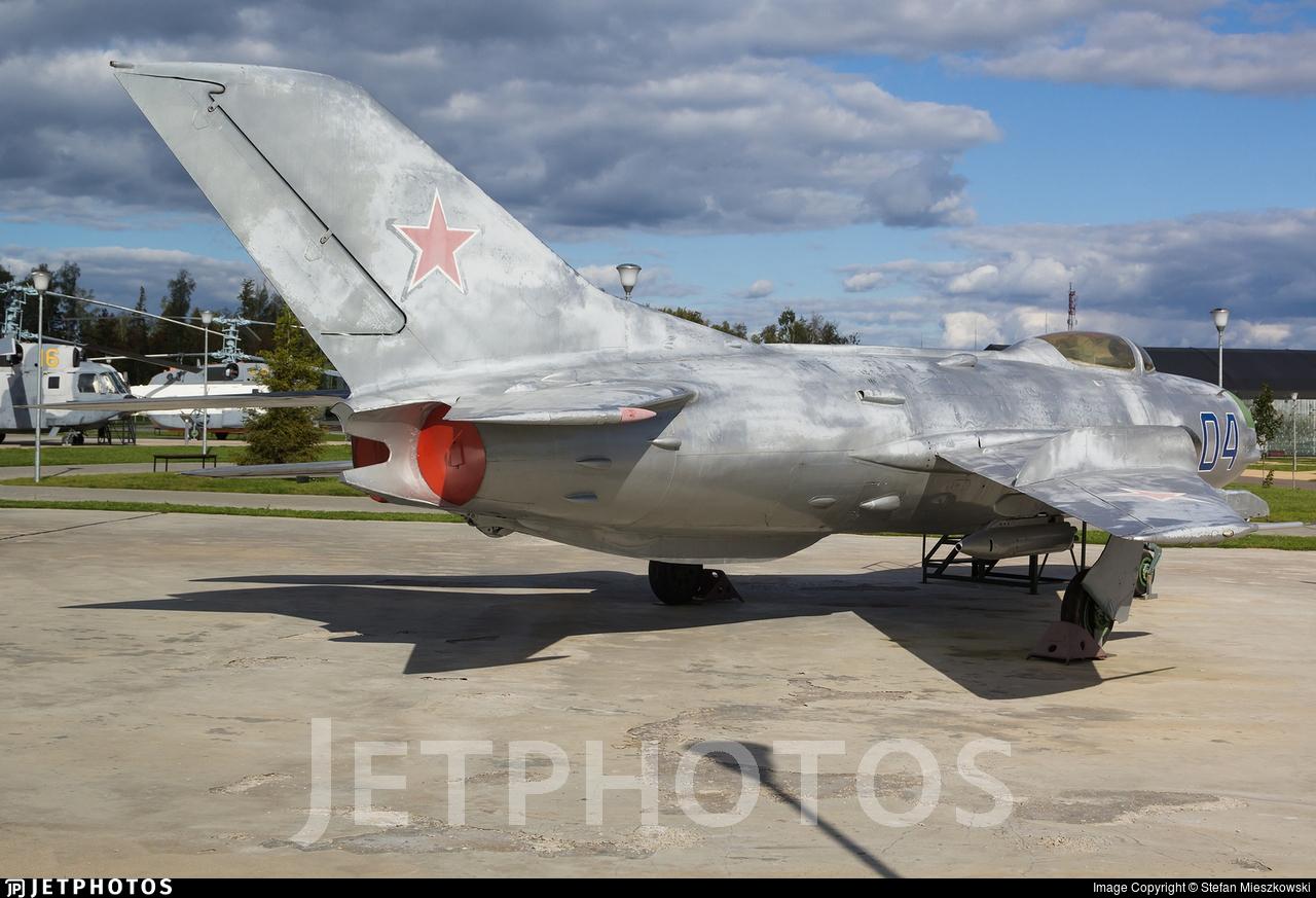 04 - Mikoyan-Gurevich MiG-19PT Farmer - Soviet Union - Air Force