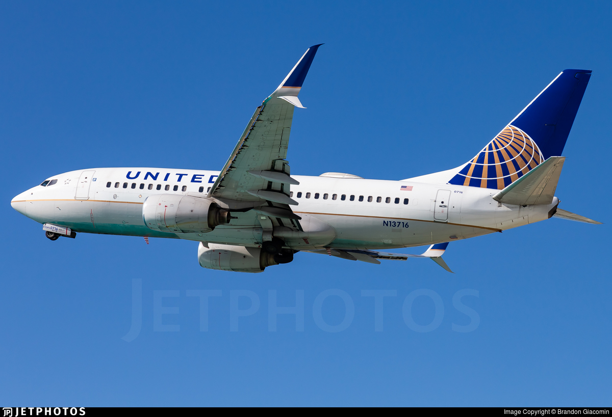 N13716 - Boeing 737-724 - United Airlines
