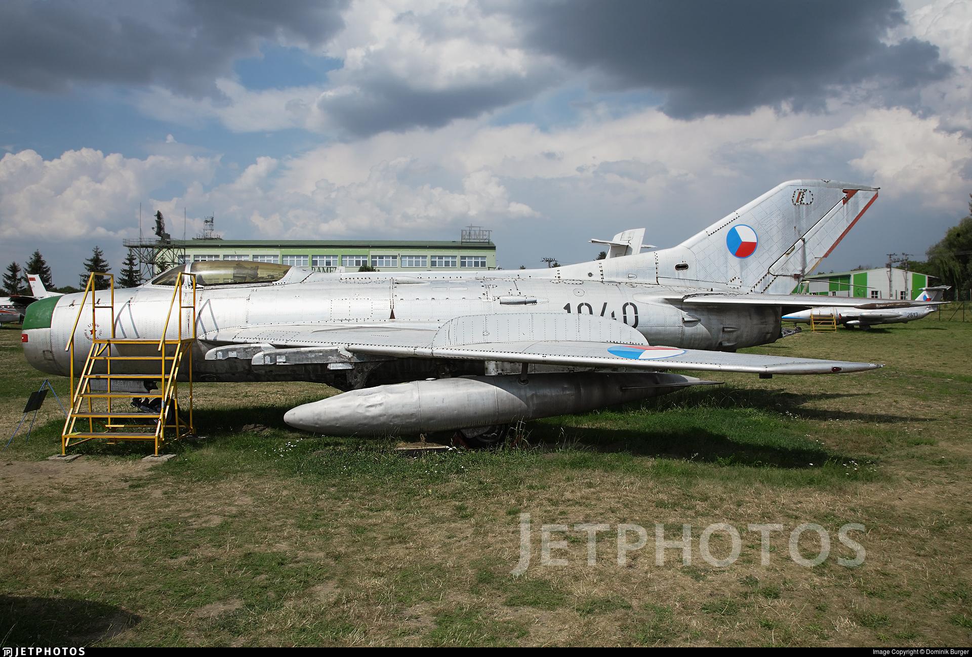 1040 - Mikoyan-Gurevich Mig-19PM Farmer D - Czechoslovakia - Air Force