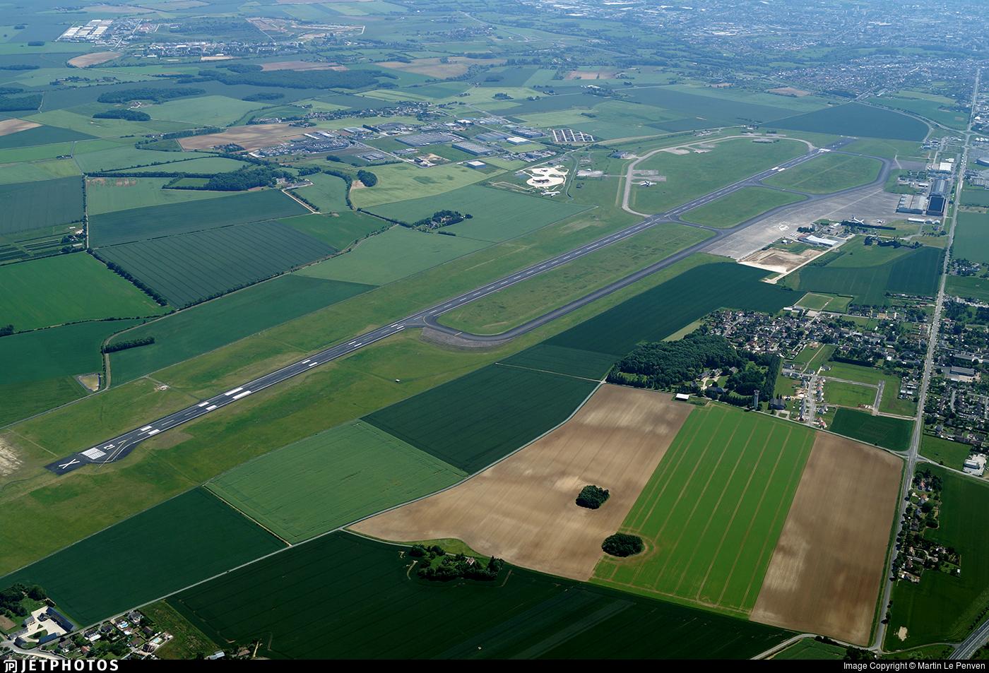 LFLX - Airport - Runway
